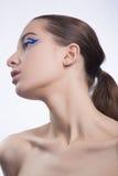 Jolie femme avec la peau de perfecr et lignes bleues sur le creatime m de yeux Photographie stock