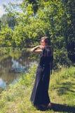 Jolie femme avec la robe de soirée sur un lac Images libres de droits