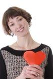 Jolie femme avec le coeur de papier rouge photographie stock libre de droits