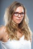 Jolie femme avec les verres de port de longs cheveux bruns Image libre de droits