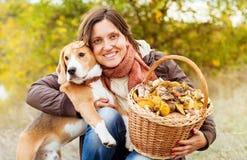 Jolie femme avec son animal familier préféré dans la forêt d'automne Photo stock