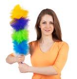 Femme avec une brosse pour nettoyer la poussière image stock