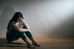 Jolie femme ayant le trouble bipolaire de dépression photos stock