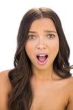 Jolie femme choquée regardant l'appareil-photo Images libres de droits
