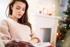 Jolie femme concentrée sur le livre de lecture photos libres de droits