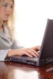 Jolie femme contrôlant des email Photos libres de droits