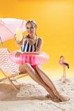 Jolie femme détendant avec le cocktail frais froid après la natation joyeuse images stock