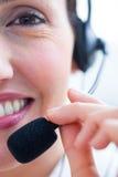 Jolie femme d'affaires de brune à l'aide de l'écouteur Photos libres de droits