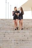 Jolie femme d'affaires deux parlant en bas des escaliers Photographie stock libre de droits
