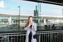 Jolie femme d'affaires faisant le selfie par le smartphone près de la mallette et de l'aéroport Photographie stock libre de droits