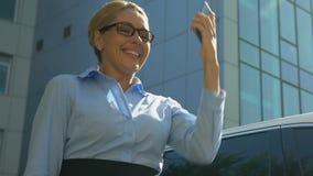 Jolie femme d'affaires montrant oui le geste après entretien de téléphone, contrat réussi clips vidéos