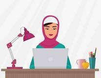 Jolie femme d'affaires musulmanes dans l'habillement traditionnel travaillant sur l'ordinateur portable Illustration femelle Arab Photos stock