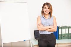 Jolie femme d'affaires présentant un exposé Photo stock