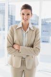 Jolie femme d'affaires regardant l'appareil-photo images libres de droits