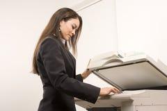 Jolie femme d'affaires tirant des copies Image libre de droits