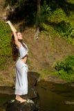 Jolie femme dans Kauai s'étendant par l'eau Images stock