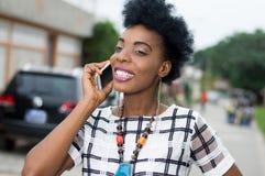 Jolie femme dans la communication avec un beau sourire Photo stock