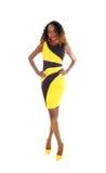 Jolie femme dans la robe noire jaune images stock