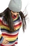 Jolie femme dans le chandail et le chapeau de l'hiver Photos stock
