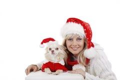 Jolie femme dans le costume de Noël avec le crabot Photo libre de droits