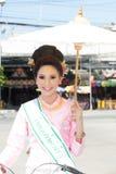 Jolie femme dans le défilé, festival de parapluie en Thaïlande photo libre de droits