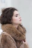 Amour. Femme sensuelle rêveuse affectueuse dans le manteau de fourrure dans la rêverie. Serein Photos stock