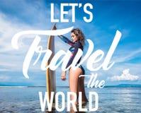 jolie femme dans le wetsuit avec la planche de surf posant dans l'océan à la plage Bali Indonésie de DUA de Nusa illustration libre de droits