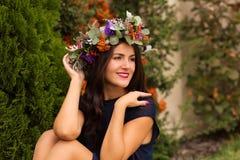 Jolie femme dans une couronne de fleur Photo libre de droits