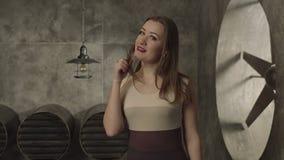 Jolie femme de attirance tournoyant ses cheveux par espièglerie banque de vidéos