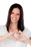 Jolie femme de brune dans l'amour faisant la forme d'un coeur avec h Images libres de droits