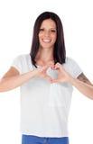 Jolie femme de brune dans l'amour faisant la forme d'un coeur avec h Photo stock