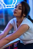 Jolie femme de brune en caf? de cuisine asiatique Femme regardant de c?t? photo libre de droits