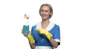 Jolie femme de charge de sourire se dirigeant sur le jet de nettoyage clips vidéos
