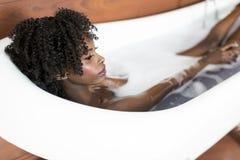 Jolie femme de couleur ayant un bain images libres de droits