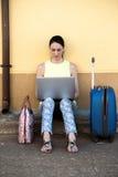 Jolie femme de déplacement consultant une destination de voyage pour le votre Image stock