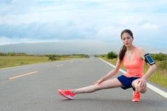 Jolie femme de joueur de marathon faisant la posture de mouvement brusque photos libres de droits