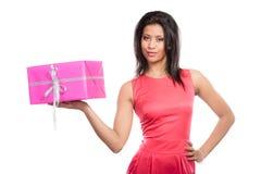 Jolie femme de métis avec le cadeau de boîte Noël photos stock