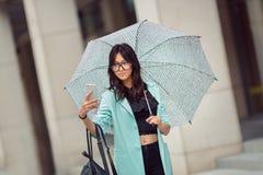 Jolie femme de métis prenant un selfie sur la rue de ville Photos stock