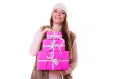 Jolie femme de mode avec des cadeaux de boîtes Noël Photographie stock