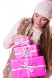 Jolie femme de mode avec des cadeaux de boîtes Noël Photos stock
