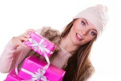 Jolie femme de mode avec des cadeaux de boîtes Noël Photo libre de droits