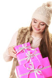 Jolie femme de mode avec des cadeaux de boîtes Noël Images stock