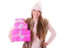 Jolie femme de mode avec des cadeaux de boîtes Noël Image stock