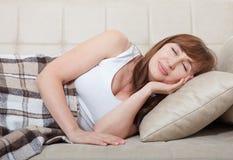 Jolie femme de Moyen Âge dormant sur le lit en appartement moderne Fond à la maison Copiez l'espace et raillez  ménopause Images stock