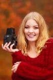 Jolie femme de sourire avec le vieil appareil-photo de vintage Photo stock