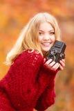 Jolie femme de sourire avec le vieil appareil-photo de vintage Image stock