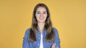 Jolie femme de sourire d'isolement sur le fond jaune clips vidéos