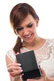 Jolie femme de sourire ouvrant la boîte de bijoux noire images libres de droits