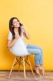 Jolie femme de sourire parlant au téléphone Photos stock