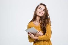 Jolie femme de sourire tenant la tablette Photographie stock